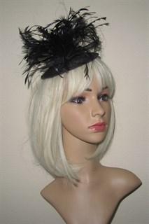 Черная шляпка-таблетка с перьями Сандра