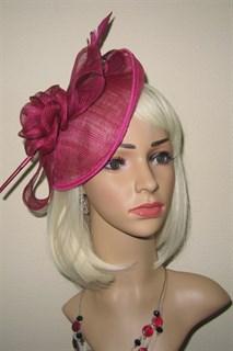 Элегантная шляпа с цветком и пером цвета марсала