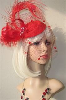 Красная вуалетка с перьями