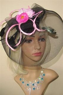 Черная шляпка таблетка с плотной вуалью и розовыми цветами.