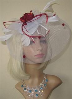Белая шляпка таблетка с плотной вуалью и бордовыми
