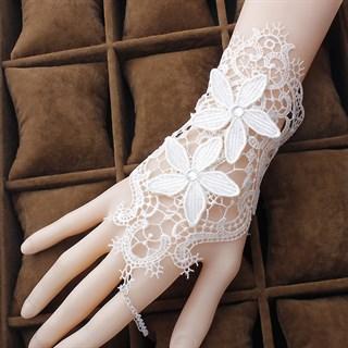 Белое кружевное украшение на кисть