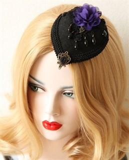 Шляпка таблетка черная с фиолетовым цветком фото