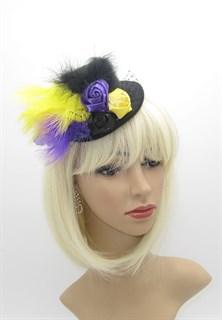 Черный цилиндр с желтыми и фиолетовыми перьями