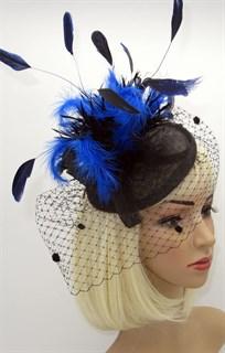 Черная шляпка таблетка Сандра с вуалью и синими перьями фото