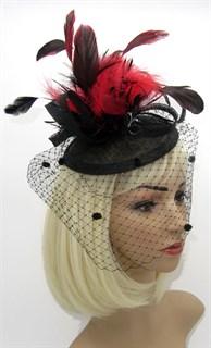 Черная шляпка таблетка Сандра с вуалью и красными перьями