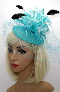 Бирюзовая шляпка-таблетка с перьями и вуалью Сандра
