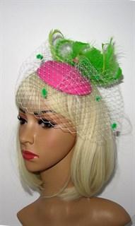 Розовая вуалетка с птичкой и зелеными перьями
