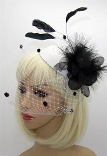 Шляпка с вуалью Жанет белая с черными перьями