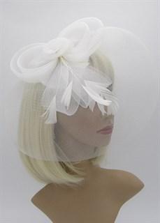 Белая вуалетка с плотной вуалью с бантом и пером