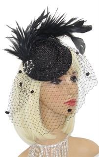 Блестящая черная шляпка Жанет с шикарными перьями и брошью