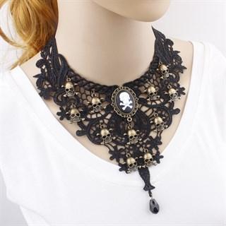 Черное кружевное ожерелье с черепами