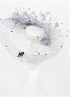 Белая шляпка с полями и вуалью Виктория. Серые перья