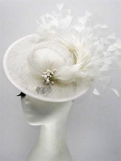 Белая шляпка с полями Виктория. Белые перья