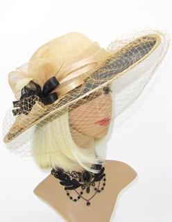 Бежевая шляпа с черными полями из соломки с вуалью.