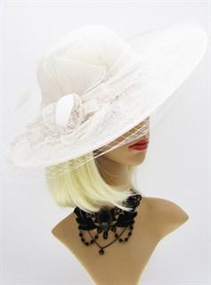 Белая шляпа с широкими полями из соломки с вуалью