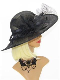 Черная шляпа с широкими полями из соломки с вуалью