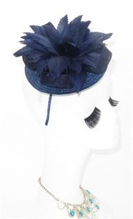 Шляпка таблетка из соломки с цветком из перьев. Темно-синяя