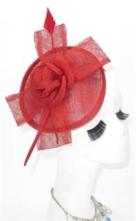 Красная элегантная шляпка с пером. Мини Элеонора