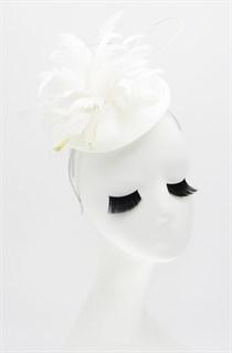 Шляпка таблетка из соломки с цветком из перьев. Белая