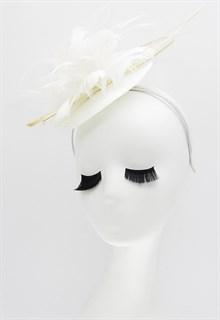 Шляпка таблетка из соломки с цветком из перьев. Белая - фото 16642