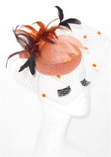 Персиковая шляпка с вуалью и черными перьями Фелисити