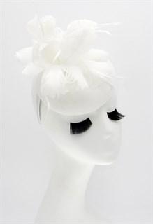 Шляпка таблетка с цветком из перьев. Белая