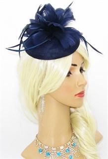Темно-синяя шляпка с большим перьевым цветком