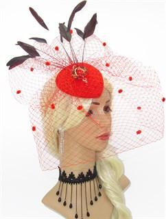 Ярко-алая шляпка таблетка с вуалью и брошью