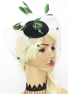 Шляпка таблетка с вуалью и зелёной брошью