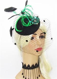 Шляпка с вуалью и большой зелёной брошью