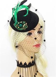 Шляпка с вуалью и брошью и зелеными перьями