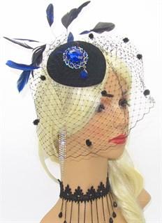 Черная  вуалетка с крупной брошью и синими перьями
