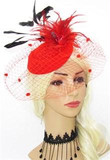 Красная шляпка с вуалью и перьевыми цветами