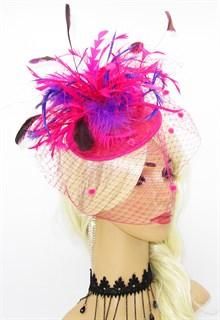 Ярко-розовая шляпка-таблетка с фиолетовыми перьями Сандра