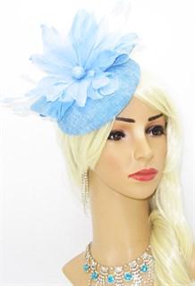 Нежно-голубая шляпка с большим перьевым цветком