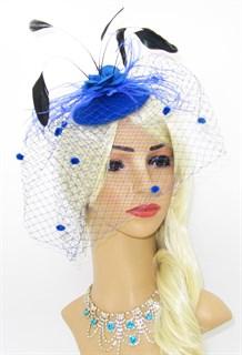Синяя вуалетка с фетровой розой и черными перьями