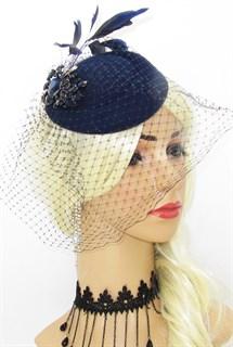 Темно-синяя шляпка с вуалью и крупной брошью