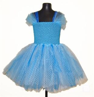 Пышное голубое платье из фатина в горошек