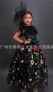 Темно-зеленое пышное платье в пол из фатина с цветами