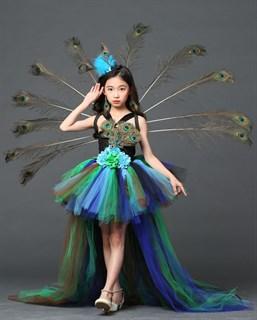 Сине-зеленое пышное платье из фатина со шлейфом и перьями павлина