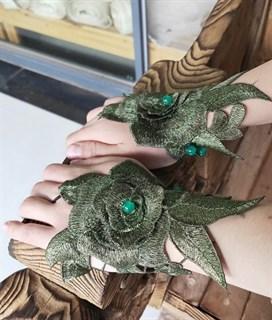 Тёмно-зелёные митенки из вязаного кружева с крупной розой