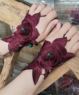 Бордовые митенки из вязаного кружева с крупной розой