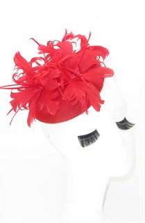 Красная шляпка с большим перьевым цветком. Беатрис