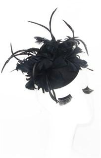 Шляпка с большим перьевым цветком Беатрис. Черная