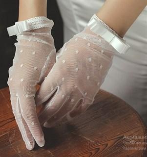 Белые короткие прозрачные перчатки с мушками.