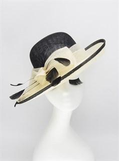 Шляпа из синамей с полями с белым бантом и черной тульйе