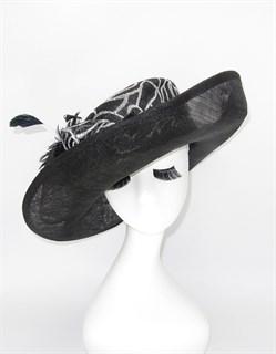 4114. Шляпа с полями из синамей черная с белым рисунком