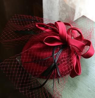 4143. Коктейльная шляпка Эмили. Темно-красная