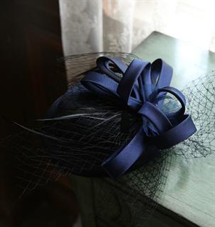 4144. Коктейльная шляпка Эмили. Темно-синяя